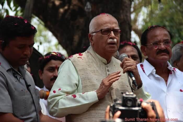 advani addresses crowd