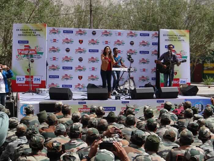 jawans and akriti kakkar on stage