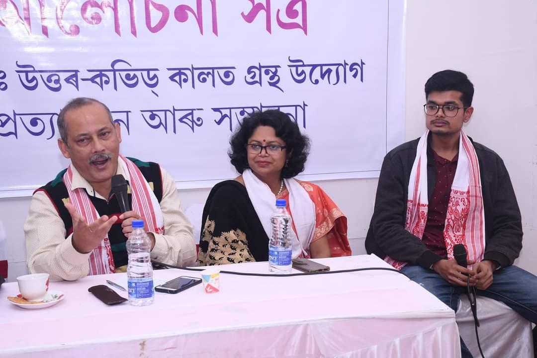 Nava Thakuria in discussion.